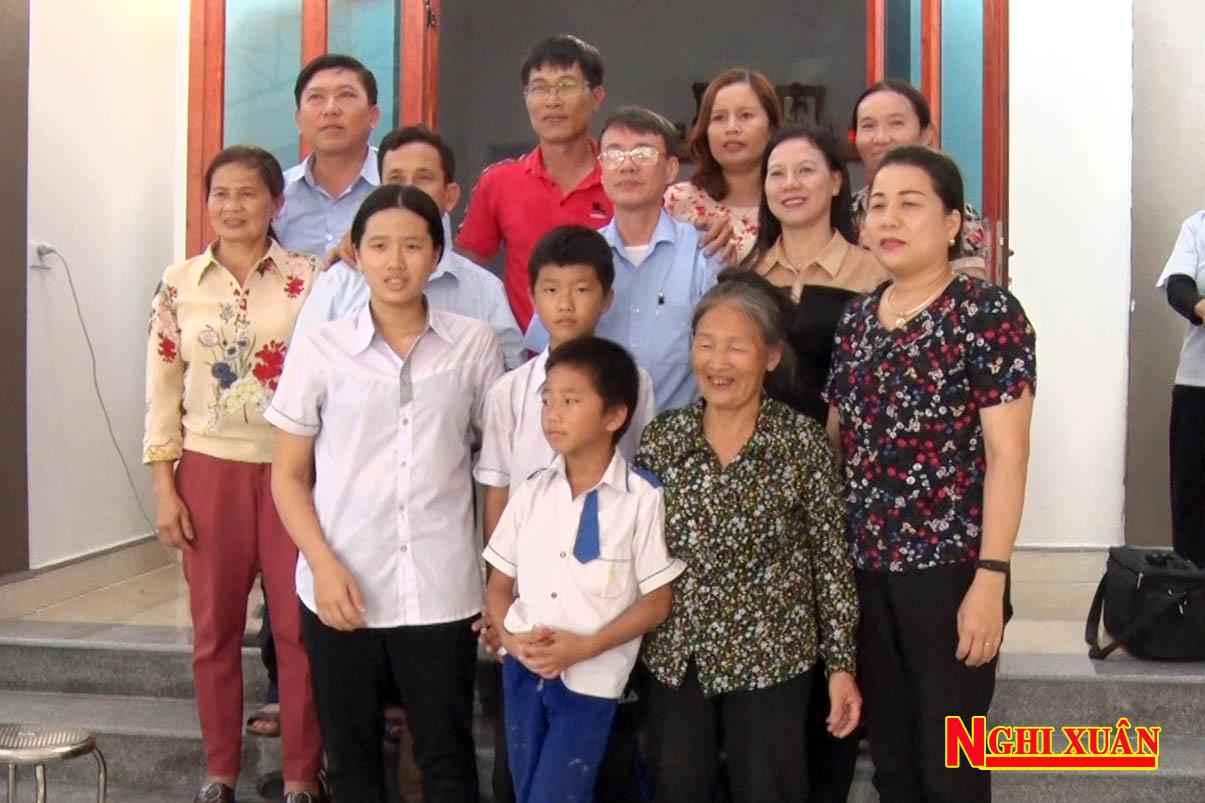 Lãnh đạo UBMTTQ huyện cùng Hội LHPN, Hội Chữ thập đỏ cùng tham dự lễ bàn giao nhà