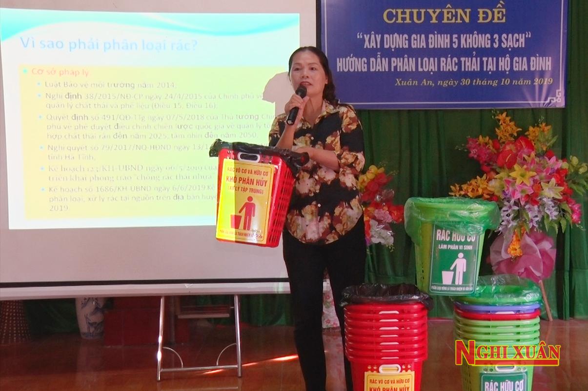 Tặng 400 giỏ rác cho hộ gia đình và tiểu thương kinh doanh tại chợ thị trấn Xuân An