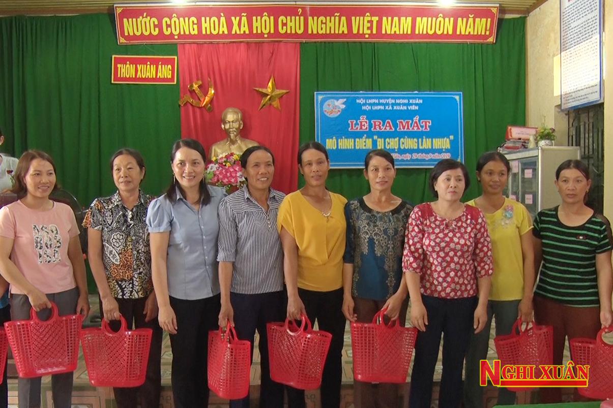 Lễ ra mắt mô hình điểm đi chờ bằng làn nhựa của chị em phụ nữ thôn Xuân Áng