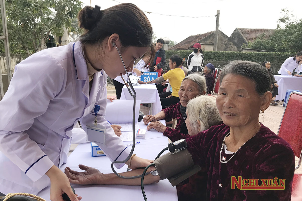 Bệnh viện Quân y 175 khám cấp thuốc miễn phí và tặng quà cho gia đình chính sách Nghi Xuân