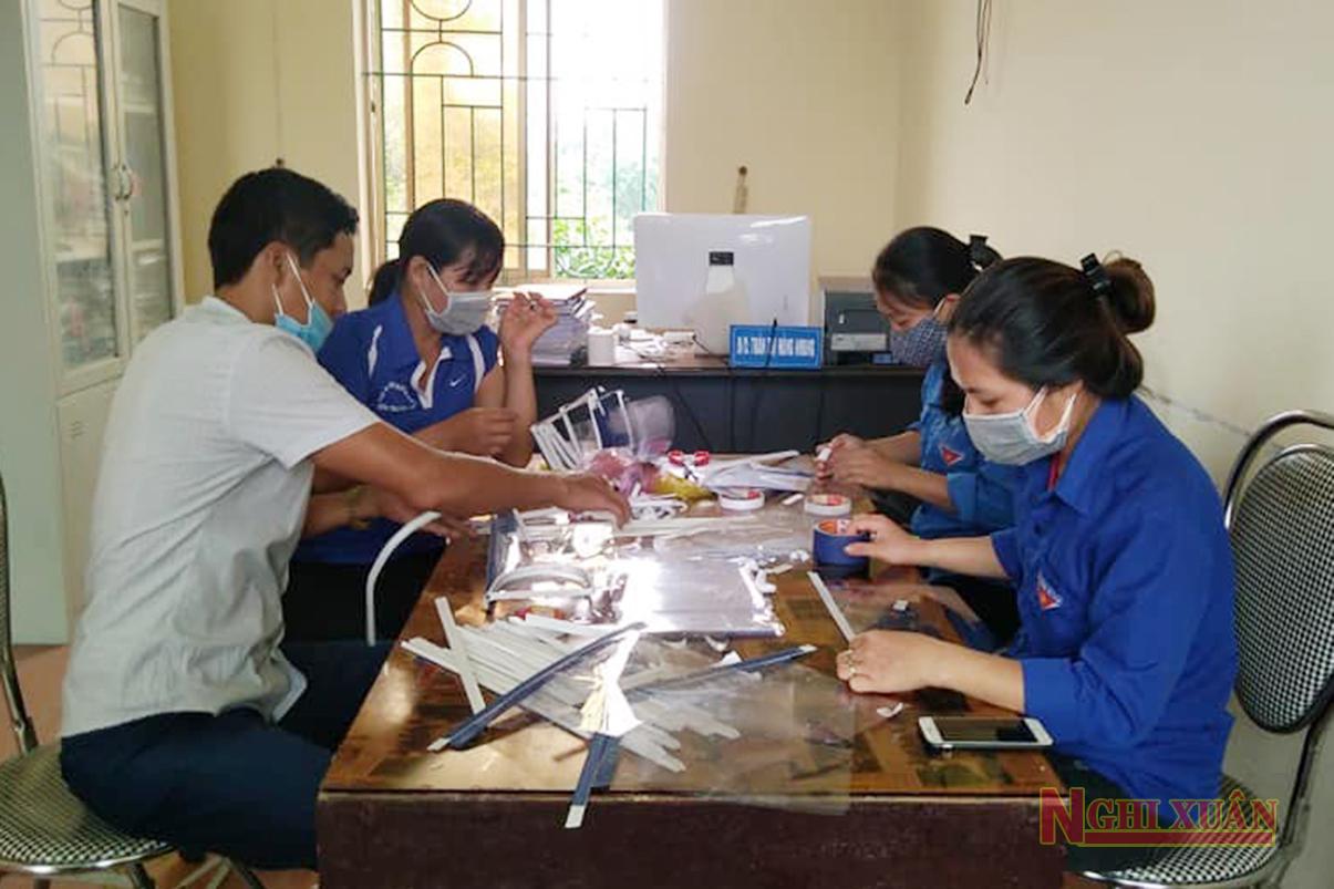 Đoàn viên, giáo viên Nghi Xuân chế tạo 180 chiếc mũ chống giọt bắn tặng cho những người làm nhiệm vụ phòng chống dịch Covid – 19