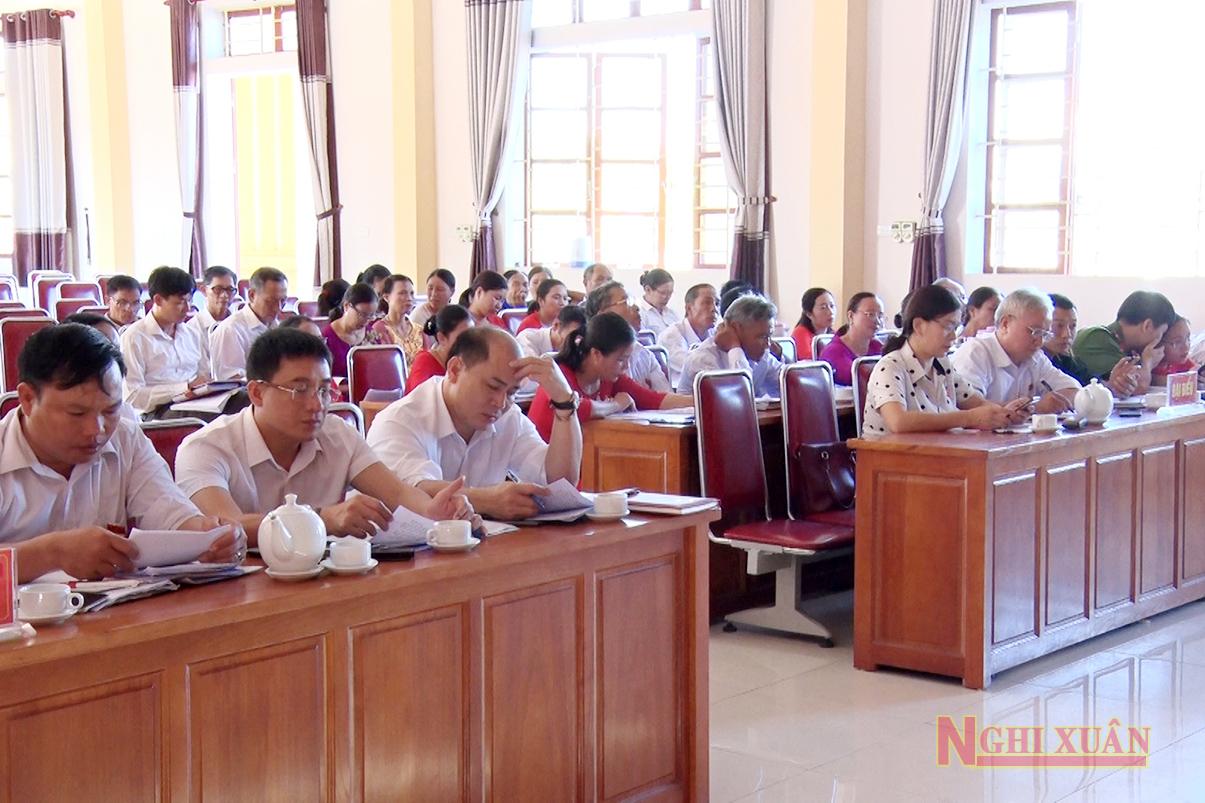 Tham dự kỳ họp có Phó Chủ tịch HĐND huyện Hoàng Hữu Hiệp, Trưởng công an huyện Thượng tá Nguyễn Quang Thành, nguyên Phó Chủ tịch HĐND huyện Phan Thị Kim Oanh.