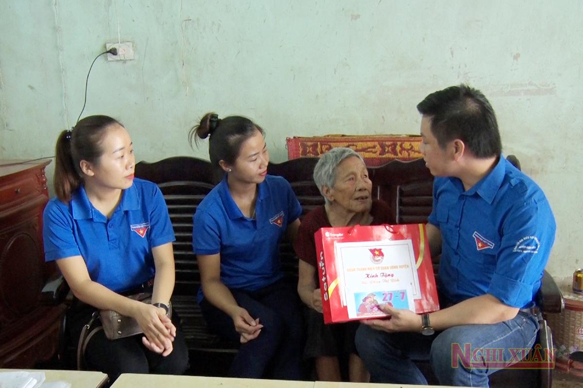 Đoàn thanh niên cơ quan UBND huyện tặng quà các gia đình chính sách ở Xuân Viên