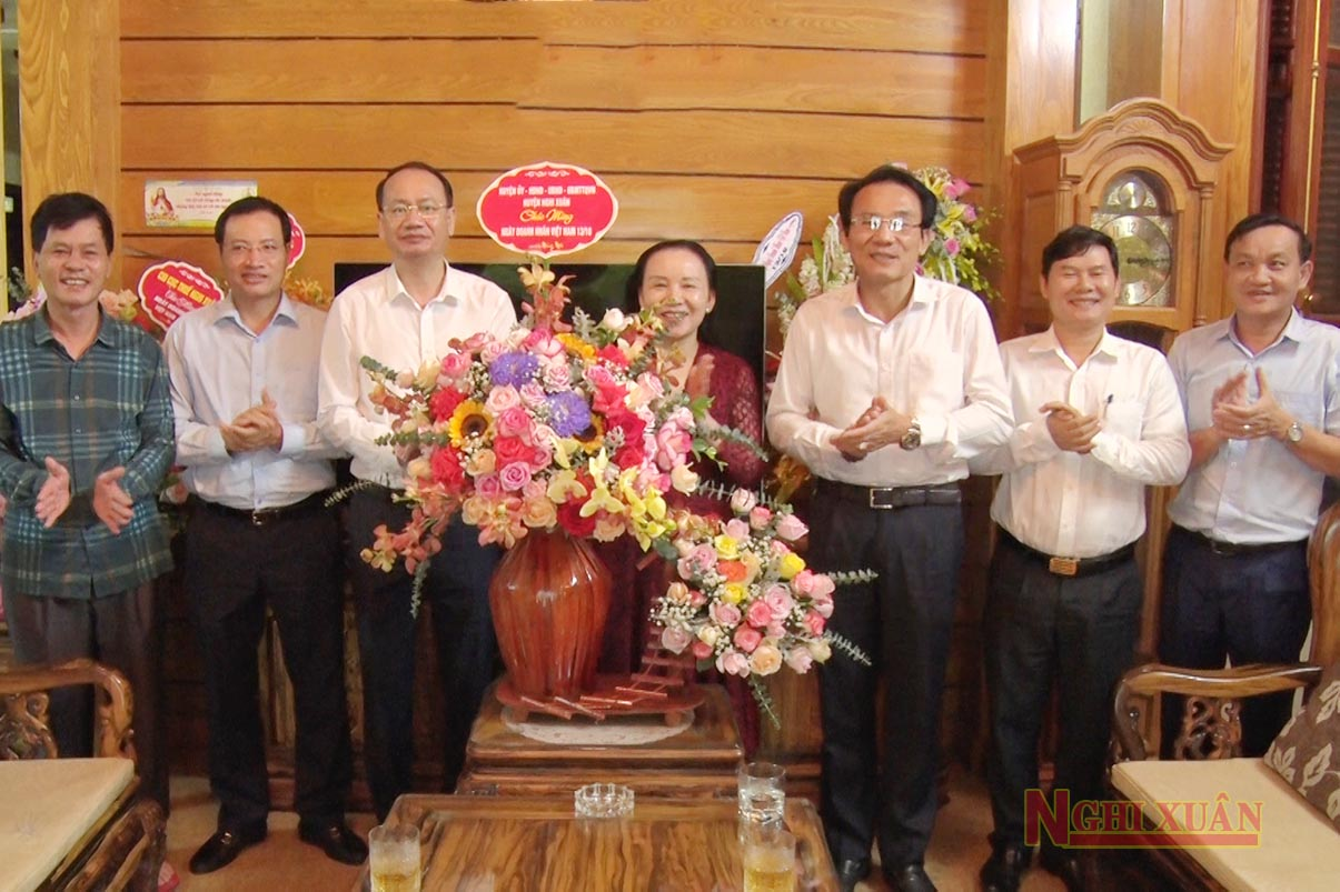 Đoàn đã đến tặng hoa và chúc mừng Công ty TNHH xuất nhập khẩu Châu Tuấn....
