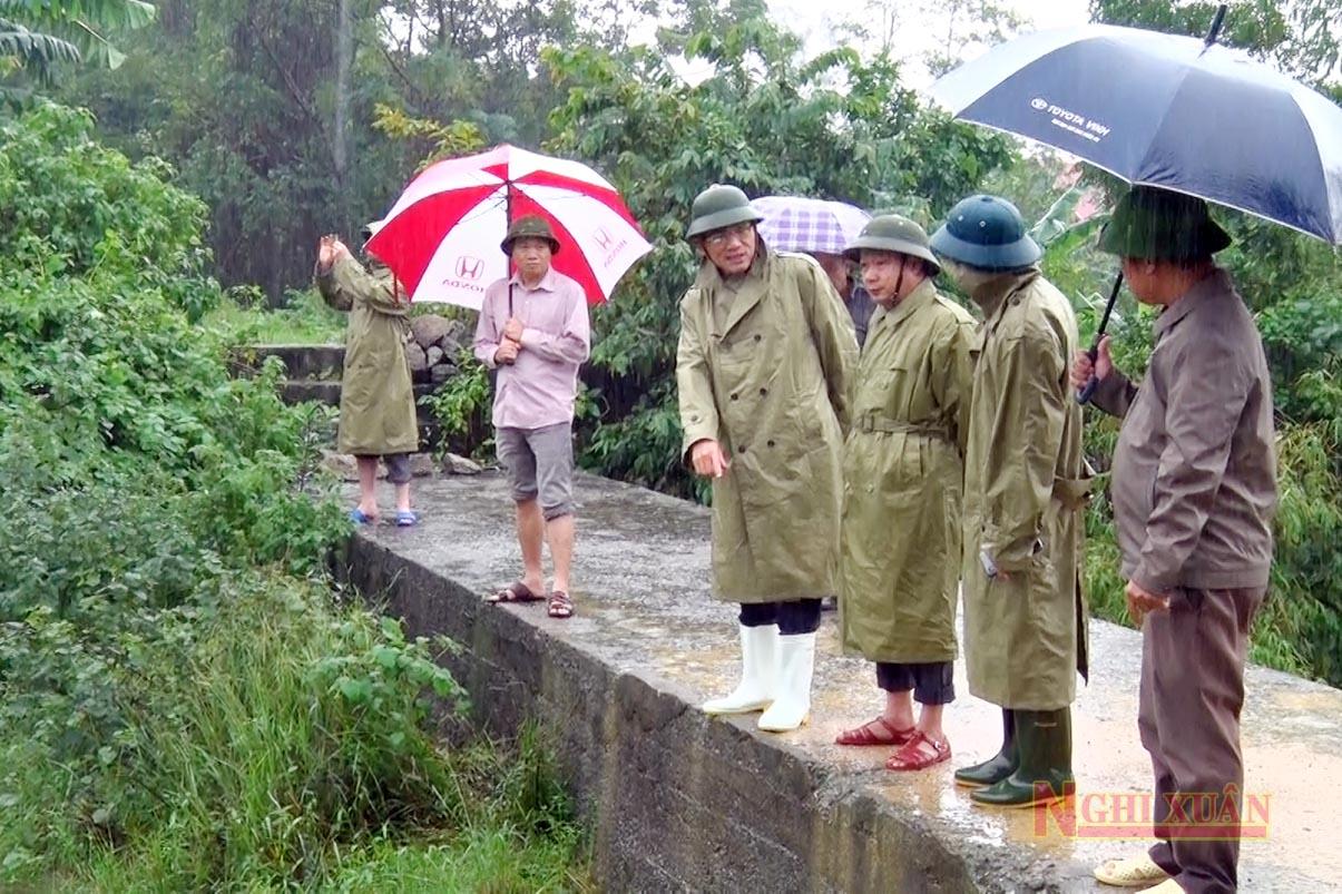 Đoàn kiểm tra tại đập Khe Chọ (Xuân Lĩnh)...